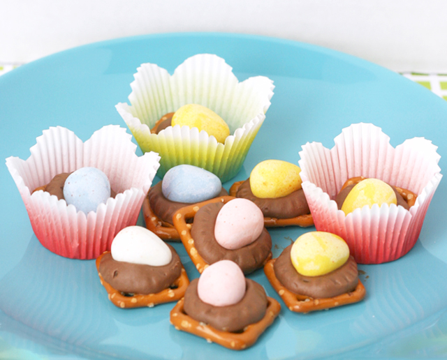 cadbury-mini-egg-pretzel-treats